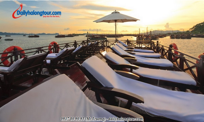 Spacious solarium on deck gives tourists the truly wonderful experience in Ha Long Bay tours
